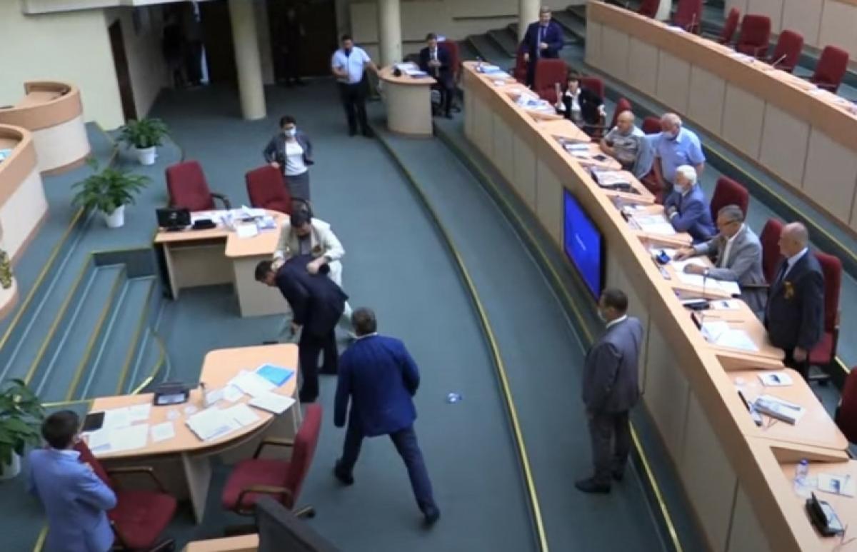 Рукоприкладство в Саратовской облдуме: единоросс Ципящук назвал Бондаренко зачинщиком – смотрим, как было на самом деле